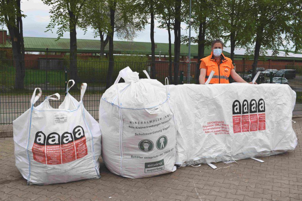WZV-Mitarbeiter Ralf Hilgers berät die Kundinnen/en auf dem Recyclinghof Bad Segeberg gerne über die unterschiedlichen Größen der Spezial-Big Bags zur Entsorgung von Asbest und Mineralwolle (KMF).